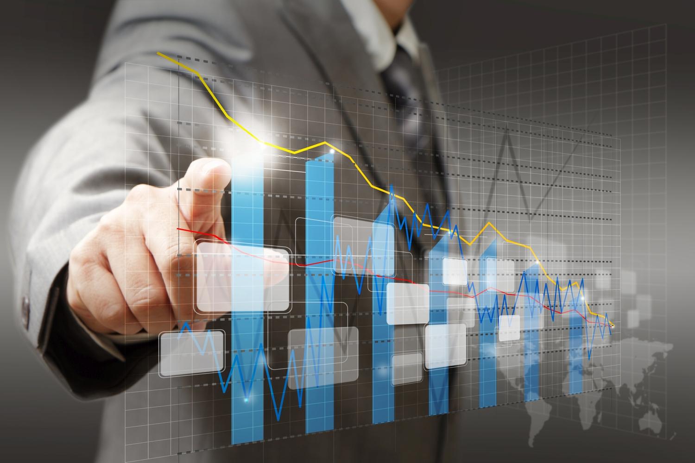 investitore che tocca un grafico virtuale