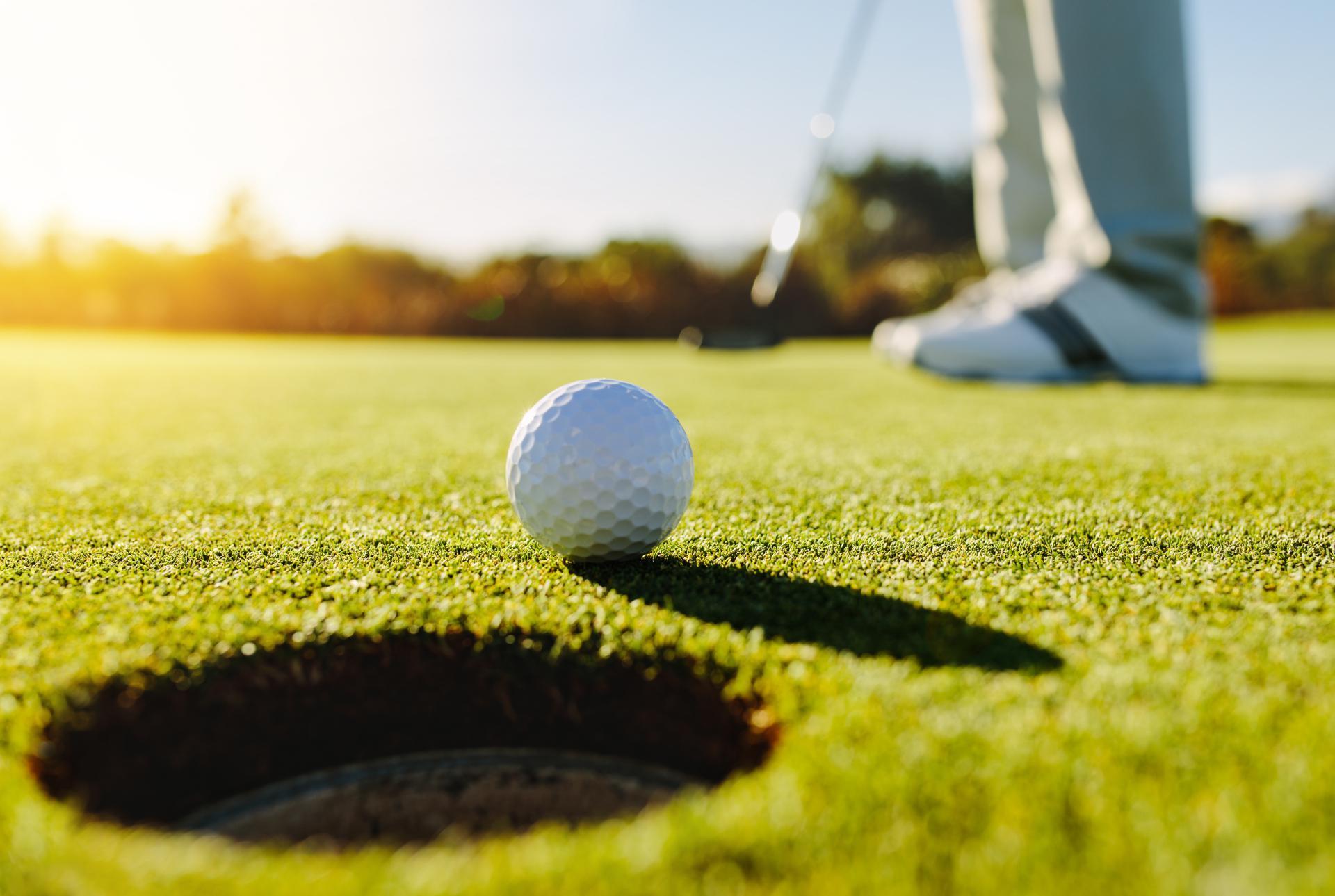 giocatore di golf, pallina quasi in buca