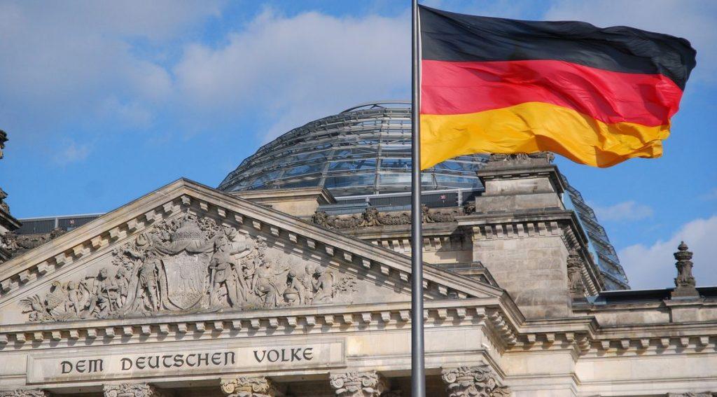 Bandiera tedesca con banca sullo sfondo.