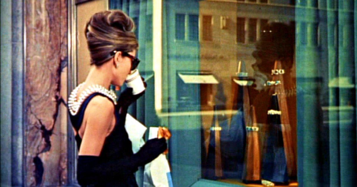 Un'immagine di pura estasi e contemplazione dei preziosi resa memorabile da Holly, la protagonista interpretata da una giovanissima Audrey Hepburn
